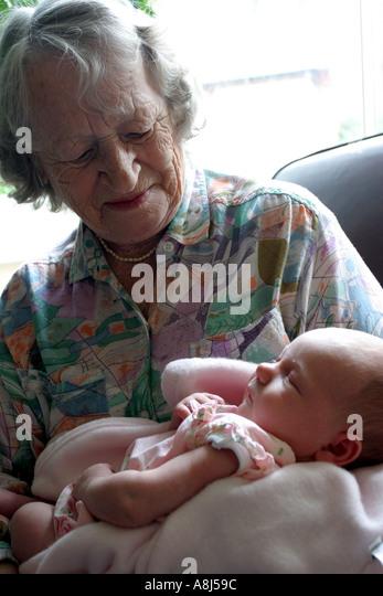Urgroßmutter halten ur-Enkelin Stockbild