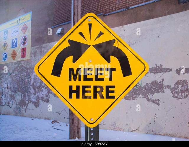 Konzeptionelle Zeichen mit Pfeilen fragt Viewer, Outdoor-Kunstwerk hier zu treffen Stockbild