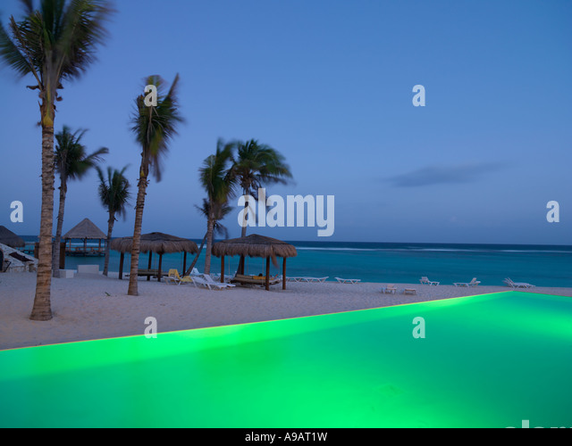 Mexiko Quintana Roo Yucatan Halbinsel Akumal Riviera Maya-Infinity-Pool beleuchtet durch den Rand von einem Strand Stockbild
