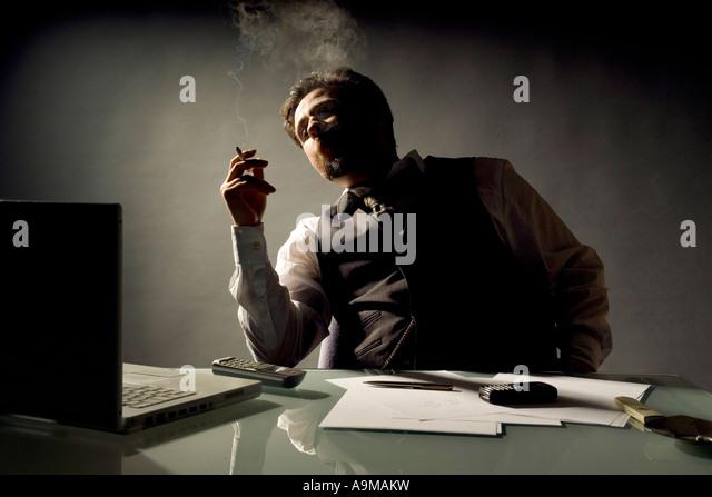 Geschäftsmann in seinem Büro Rauchen Stockbild
