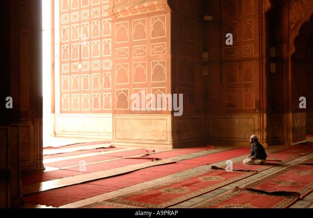 Mann am Gebet, Jama Masjid Moschee (1656), Neu-Delhi, Indien Stockbild