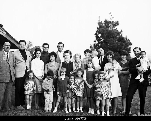 JOHN WAYNE mit Frau Pilar in ein Familienporträt über drei Generationen Stockbild
