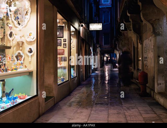 Venezianische Straße bei Nacht Stockbild