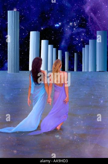 himmlische Vision von zwei Frauen zu Fuß auf das Meer Stockbild