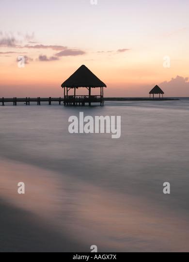 Mexiko Quintana Roo Yucatan Halbinsel Akumal Riviera Maya Pier mit Palapa ragt das Wasser vom Strand entfernt Stockbild