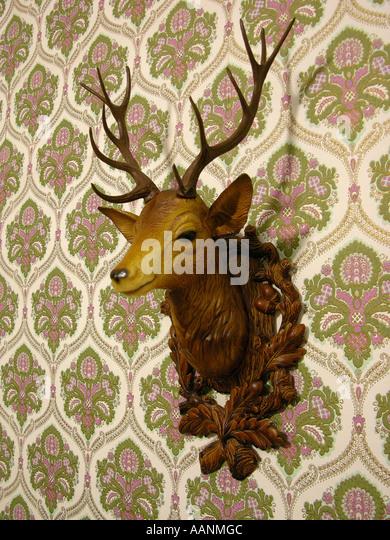 Plastic Hirschkopf auf eine altmodische Tapete Stockbild