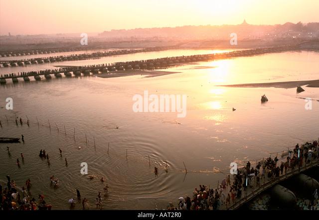 KUMBH MELA INDIEN 2001 ALS DIE SONNE UNTERGEHT IN ALLAHABAD VIELE PILGER BADEN UND BETEN IN DEN WASSERN DES GANGES Stockbild