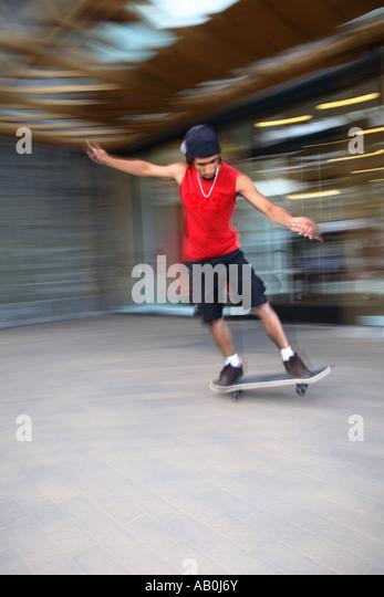 Skateboarder mit Bewegungsunschärfe Stockbild