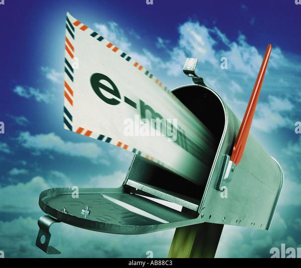 Briefkasten und e-mail Stockbild