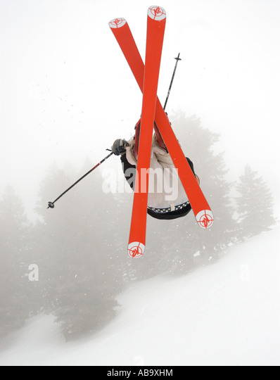 Idaho Bogus Basin Resort A Skifahrer fängt Luft an einem Wintertag Stockbild