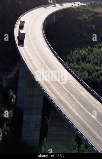 Eine Kurve auf einer schwebenden Autobahn Stockbild