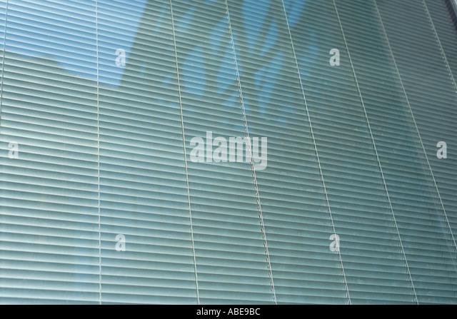 Geschlossenen Jalousien hinter Glas Stockbild