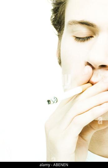 Junger Mann Rauchen Zigarette Stockbild