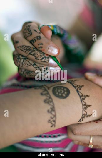 Anwendung von dekorativen henna Stockbild
