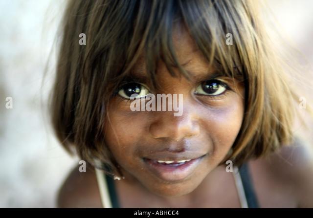 Aborigine-Mädchen aus der Manyalluluk-Outback-Community in der Nähe von Pine Creek im Northern Territory Stockbild