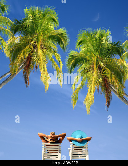 JM - OCHO RIOS: Junges Paar entspannen unter Palmen Stockbild