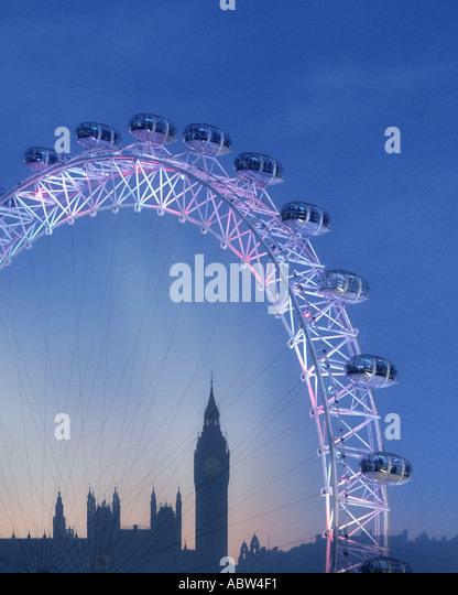 GB - LONDON: The London Eye und Big Ben (Elizabeth Tower) bei Nacht Stockbild