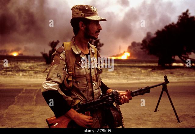 Öl-Feuer in der Nähe von der Grenze zum Irak im Krieg zerrissenen Kuwait 1991 Stockbild