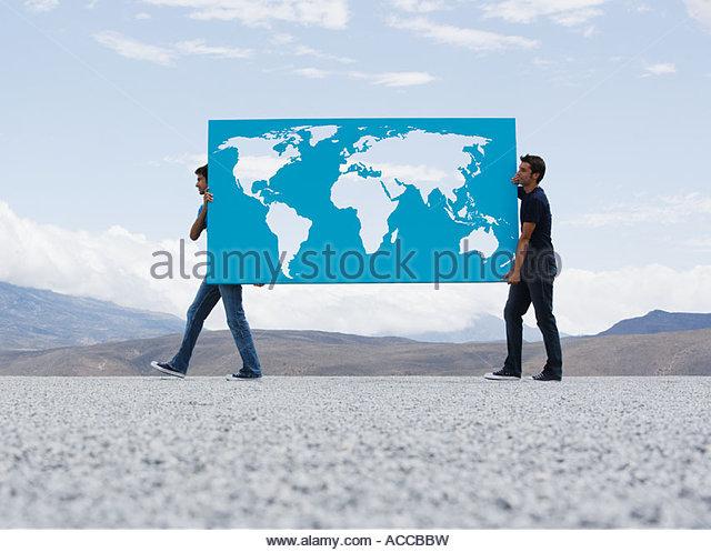 Zwei Männer tragen Welt Karte im freien Stockbild