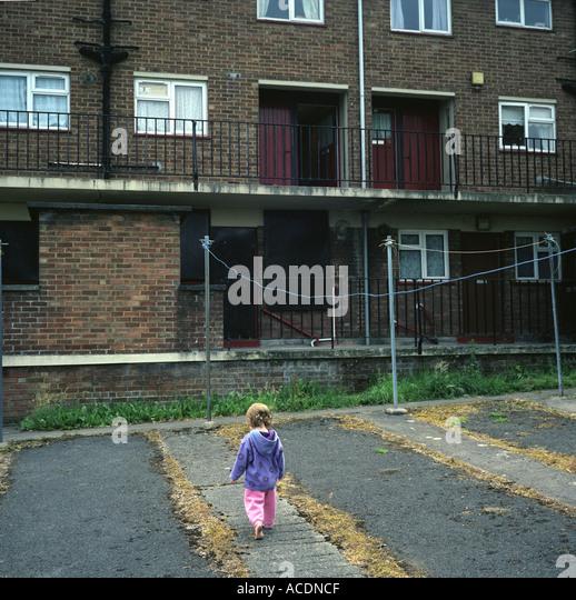 Ein junges Mädchen spielt in einer Sozialsiedlung in Bristol, Großbritannien. Stockbild