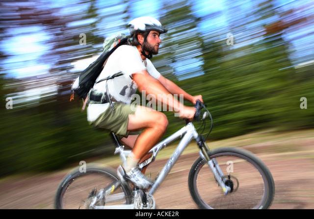 Mann auf Mountain-Bike mit unscharfen Hintergrund Stockbild