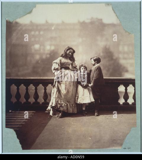 Clementina in ihrer Mutter Kleid Lehre Tanzschritte. Foto von Clementina Lady Hawarden. Großbritannien, 19. Stockbild