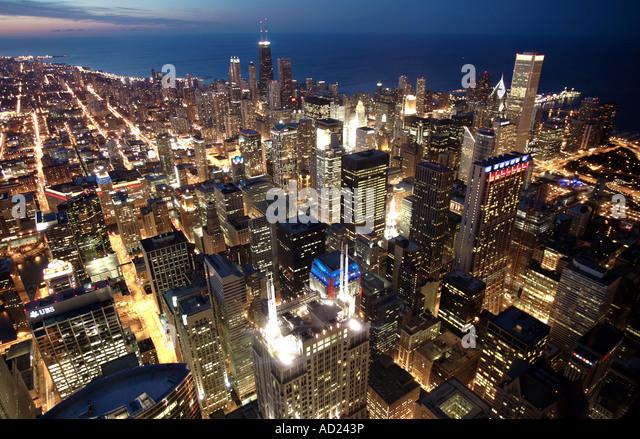 Skyline von Chicago in der Abenddämmerung Stockbild