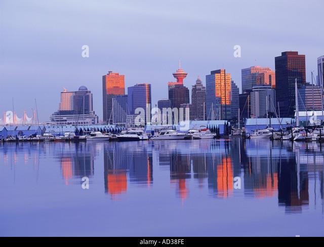 Spiegelbilder der Skyline von Vancouver am Hafen Wasser vom Stanley Park in der Abenddämmerung Stockbild