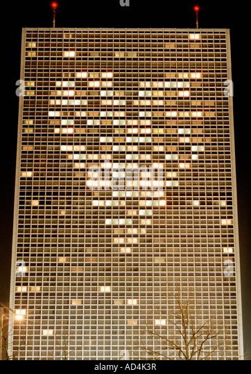 Beleuchtete Hochhaus mit Lichtern, angeordnet in Form eines Herzens Stockbild