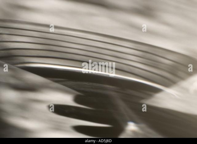 Schatten einer Hand mit einem Martini-Glas Stockbild