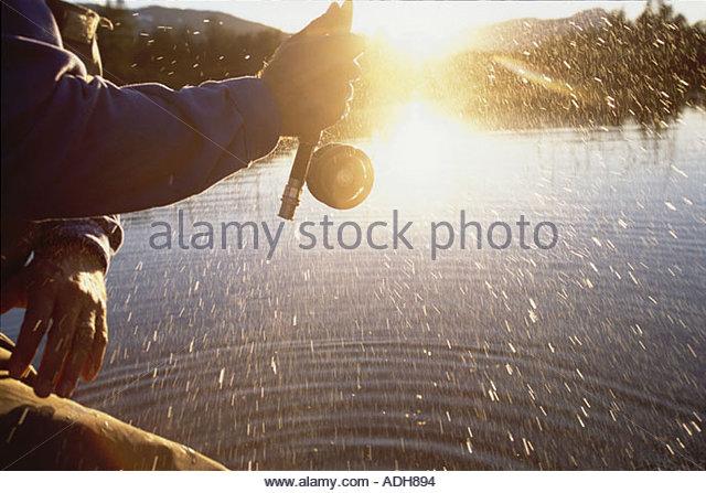 Mann-Fliegenfischen in Portage w Nahaufnahme von AK Sommer Spinning Reel Stockbild