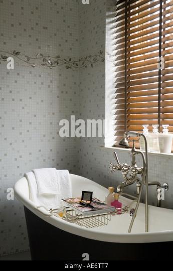 Viktorianische freistehende Badewanne im Badezimmer mit Mosaikwand Stockbild