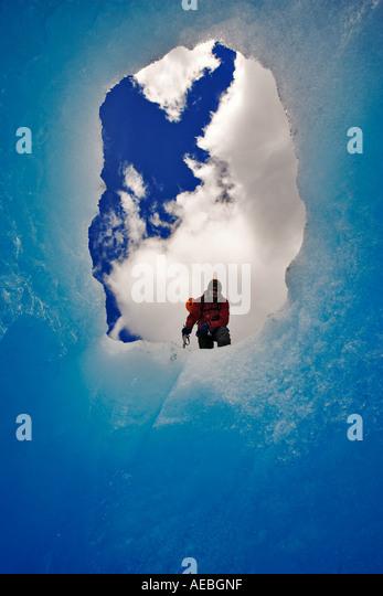 Gletscher-Kletterer, umrahmt von der Mündung einer Höhle Gletscher Glaciar Grey Torres del Paine Nationalpark Stockbild