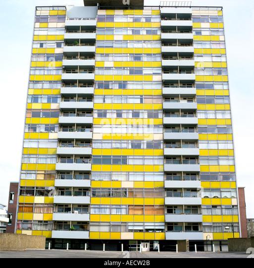 Außenansicht des großen Arthur House Apartment auf der Golden Lane Estate vor der Restaurierung der Fassade Stockbild