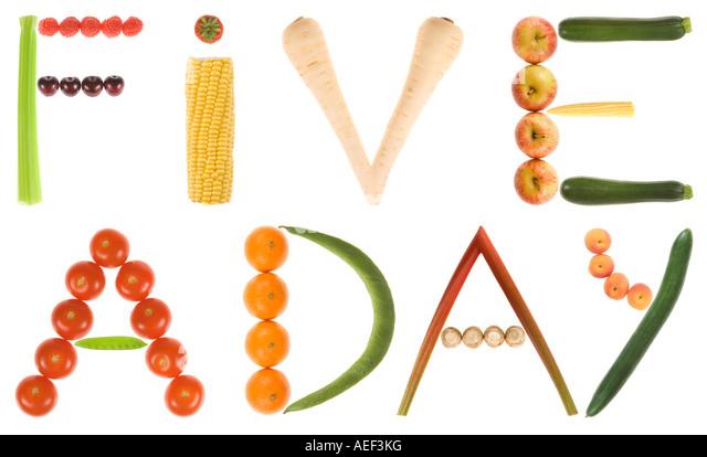 Eine 220 MB große Datei des Satzes 5 pro Tag oder 5 A DAY mit Obst und Gemüse auf einer rein weißen Stockbild