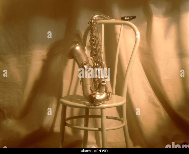 Stillleben mit Musikinstrumenten, Saxophon mit Stuhl Stockbild