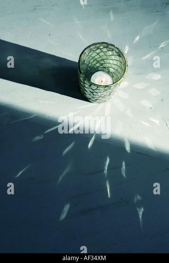 eine Kerze Licht schaffen ein dekoratives Muster Stockbild