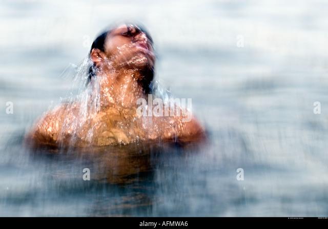 Mann Baden im Fluss Ganges Varanasi Indien Stockbild