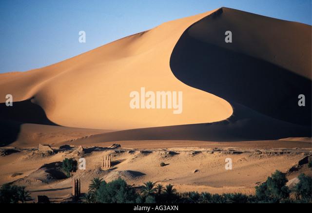 Algerien Taghit Sahara traditionell gut mit Dünen im Hintergrund Stockbild