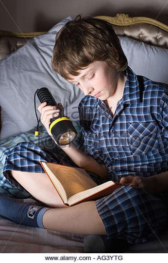 Junge liest ein Buch Stockbild