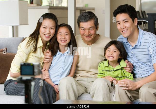 Asiatische Familie posiert für Self-Portrait Stockbild