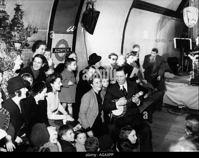 GEORGE FORMBY UK Varieté Künstler unterhält Londoner bergende aus deutsche Bombardierung in u-Bahnstation Stockbild