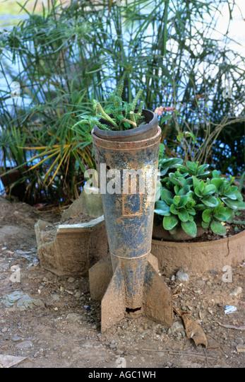 Laos, Luang Prabang, Munition verwendet als Blumentopf Stockbild