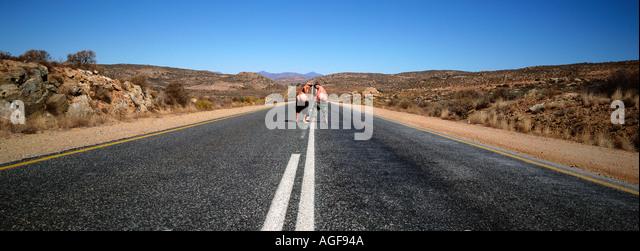 Menschen, die auf einsamen Straße mooning Stockbild