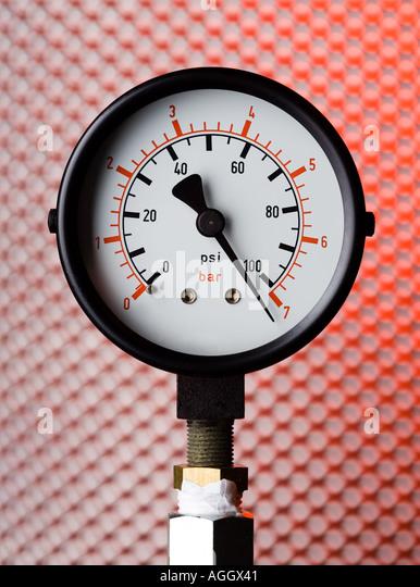 ein Manometer zeigt Hochdruck Stockbild