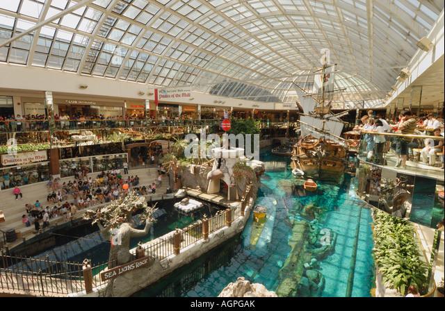 Menschen beobachten Delphin-show in der West Edmonton Mall die Welt s größte Mall befindet sich in Alberta, Stockbild