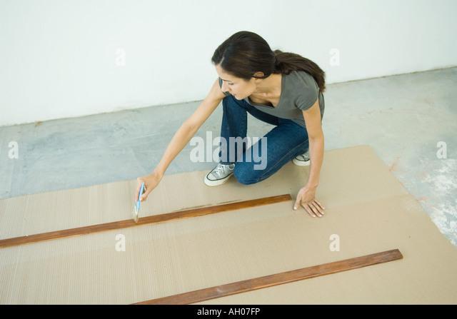 Frau Färbung Lamellen aus Holz Stockbild