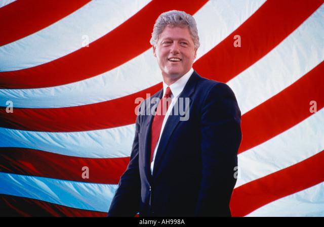 Präsident Bill Clinton vor amerikanische Flagge Streifen Stockbild