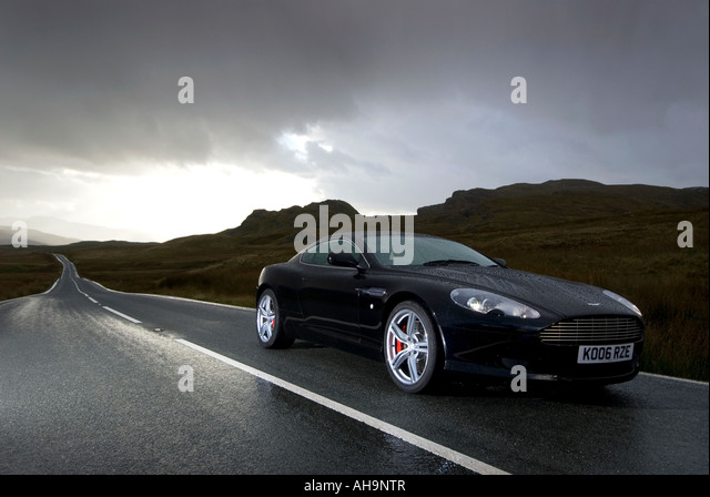 Aston Martin DB9 unter ein stimmungsvoller Himmel Stockbild