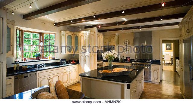 große Küche im toskanischen Stil mit Insel Stockbild